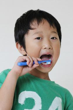 歯磨きをする少年