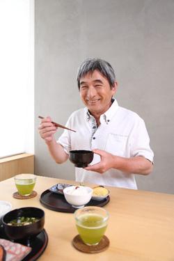 食事をする初老の男性
