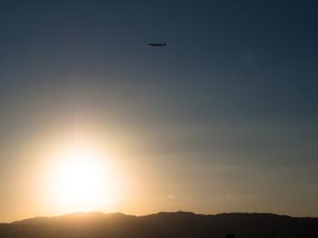 夕日の中の飛行機