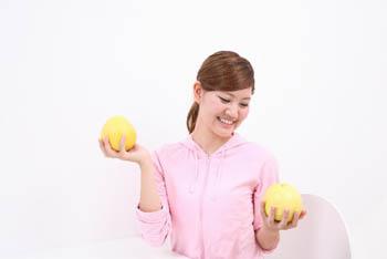 グレープフルーツをもつ女性