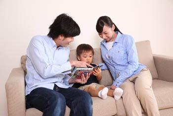 本を読んであげる両親