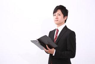 手帳をもつビジネスマン