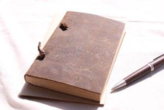 アンティークの手帳とペン