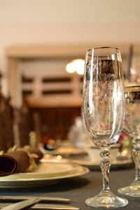シャンペングラスとテーブルセッティング