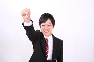 就活でネクタイを締める学生