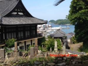 平戸の寺院と教会の見える坂