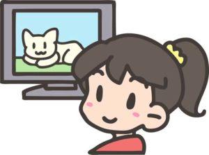 テレビのスクリーンを観る女性